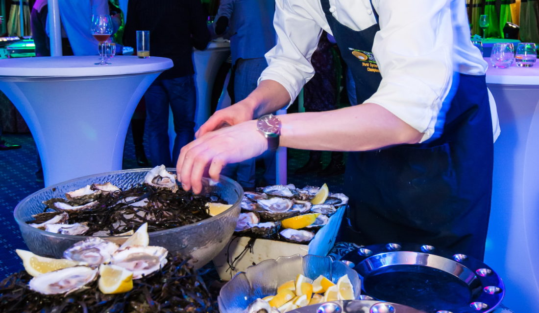 Chef poissonnier Anti Lepik serving oysters